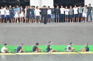 多くの応援を背に、決勝レースに向かう男子エイト