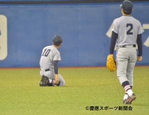 左中間に飛んだサヨナラの打球を見つける選手