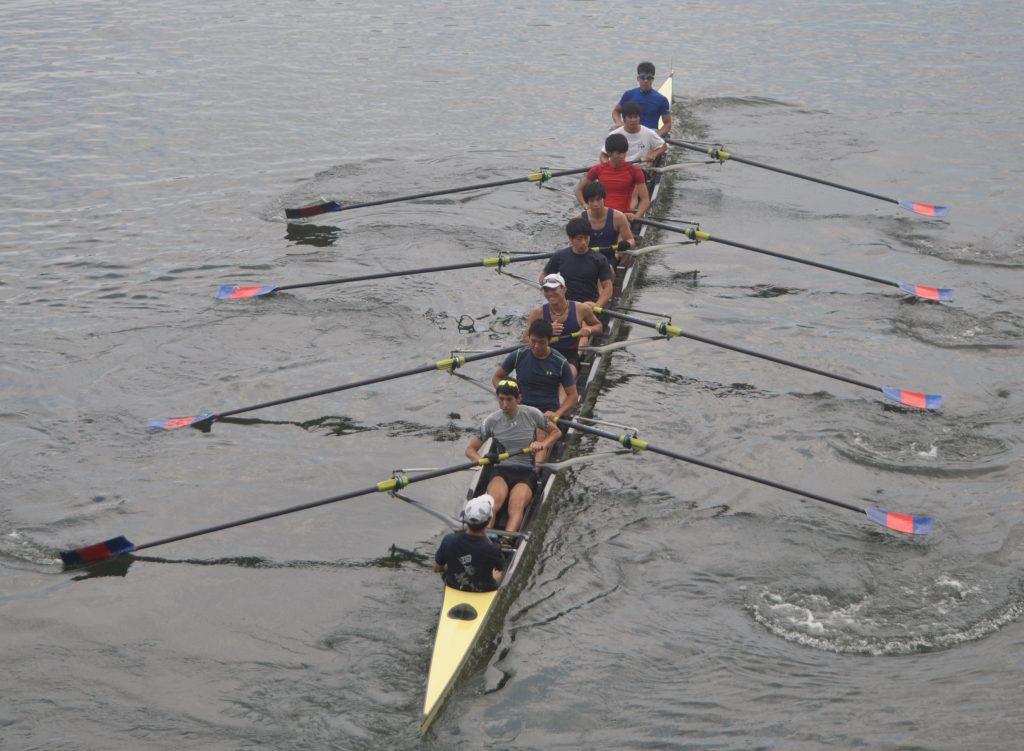 決勝レース前、部員や応援部に見送られ、発艇する男子エイト