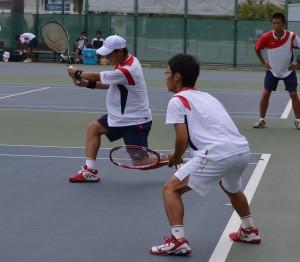 ツーバックの陣形から攻撃的なテニスを展開した志賀(右)・近藤(左)