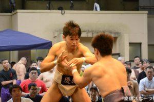 得意の突き相撲で圧倒する胡