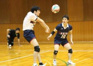 安定したプレーでチームに貢献する、リベロ野瀬(右)と途中出場の佐藤(左)