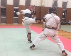 練習で力強い蹴りを見せる李