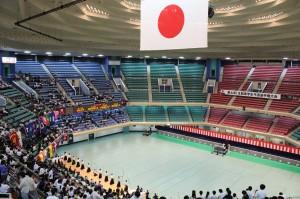 会場は日本武道館 各大学の応援で熱気に包まれた