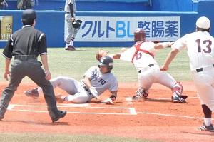福富の二塁打で佐藤旭が一塁から一気に本塁生還