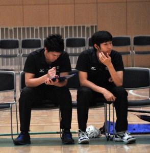 試合中、常にチームのことを一番近くで見ている布川(左)と棚橋(右)