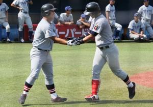 満塁弾を放ち生還した谷田(右)とそれを迎える横尾(右)