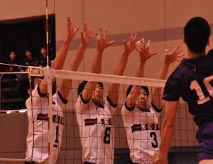 ブロックに跳ぶ写真左から岡田、稲田、益田