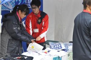 インカレチャンピオンの西本恵選手もグッズ販売をしている