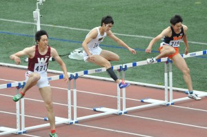 最後まで粘り強い走りを見せる松本(写真中央)