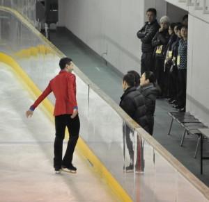 演技直前、コーチから激励を受けるシーン