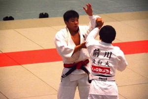 先鋒戦で勝利を収めた角田(左)