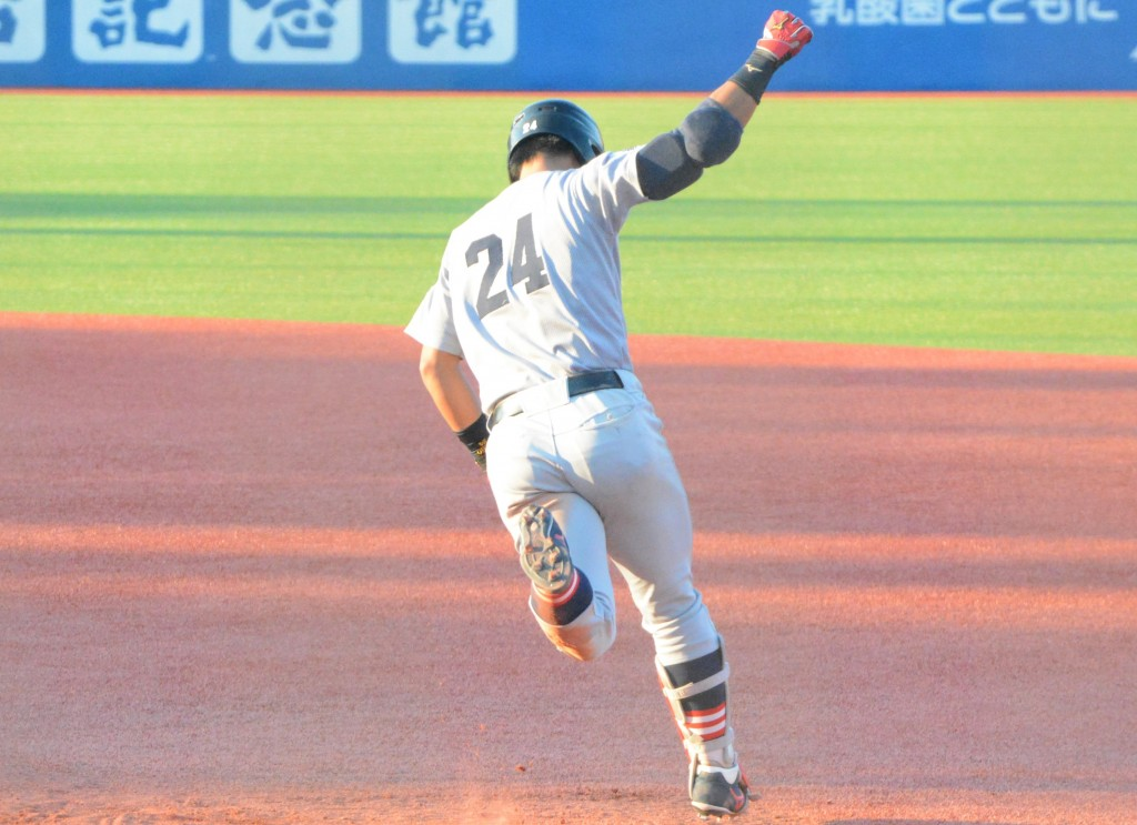 9回裏無死一、二塁、右越えの3点本塁打を放ち、ガッツポーズで一塁ベースを回る谷田