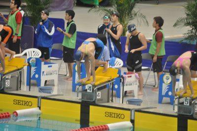 女子400mフリーリレーでスタートの合図を待つ福島