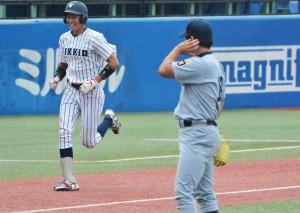 9回裏無死、豊村(写真奥)にサヨナラ本塁打を打たれた加藤拓(写真手前)