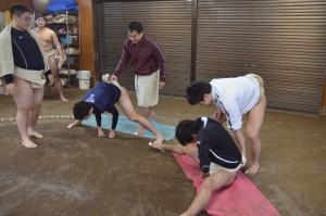 松田監督(左から4人目)に引っ張り上げられながらこぶしをついて起き上がる