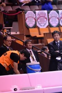 就任2年目のシーズンを終えた阪口HC(写真中央)。権田哲也監督(写真左)、大谷俊郎部長(写真右)と共にチームを支えた。