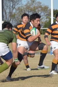 慣れないBKでプレーするも、体の強さで突破する松村