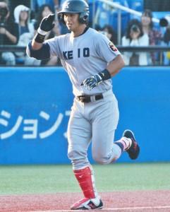 二本目。右越えの本塁打を放った谷田は、敬礼のポーズでホームイン