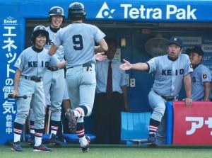 三本目。本塁打を放ちベンチに戻ってきた山口(背番号9)を、大久保監督(写真右)はじめとするベンチも笑顔で迎える