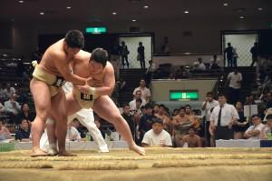 個人戦1回戦、嶋田は左上手を取り投げの打ち合いを制す