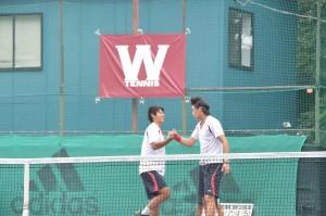 勝利を決めて喜ぶ高田(写真・左)と上杉