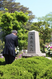 合掌する奈藏会長