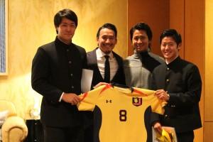 現役サッカー部部員と銅治代表、中町選手