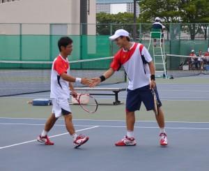 二人合わせて単複3勝を挙げ、慶大の勝利に貢献した志賀(左)・近藤(右)