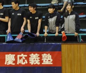 試合を見守る岩本(右から2人目)
